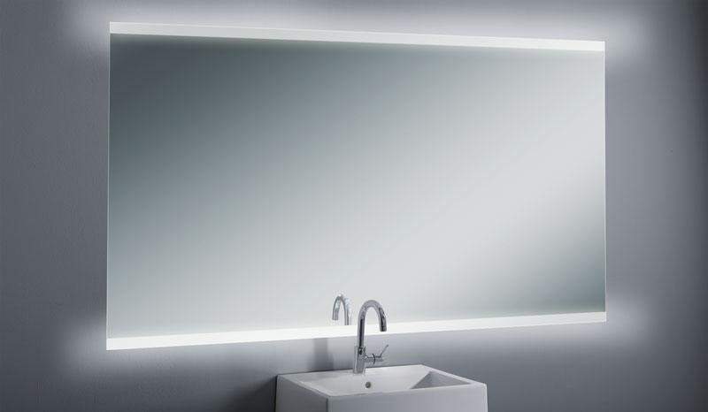 Beleuchtete spiegel dunkel glam badezimmer mit einem for Spiegel hintergrund